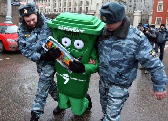 Арестованные люди в интересных костюмах (24 фото)