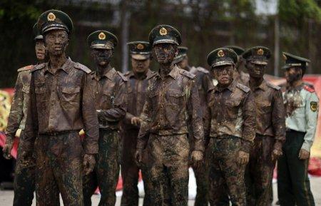 """Китайские полицейские на карнавале """"Монихэй"""""""